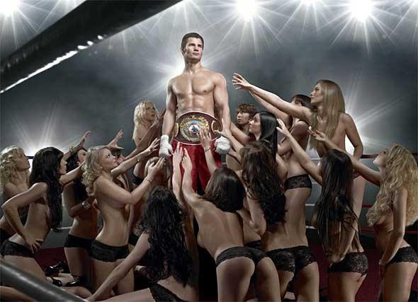 мужчина в окружении голых женщин